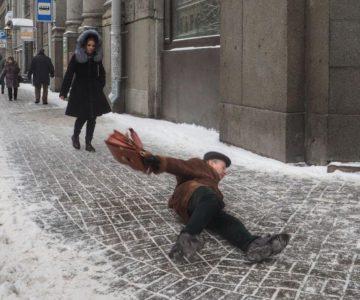 Получение травмы пешеходом на тротуаре!